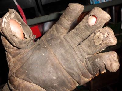 Defekte Schnittschutzhandschuhe