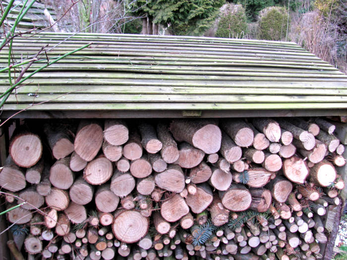 Brennholzlager mit Dach