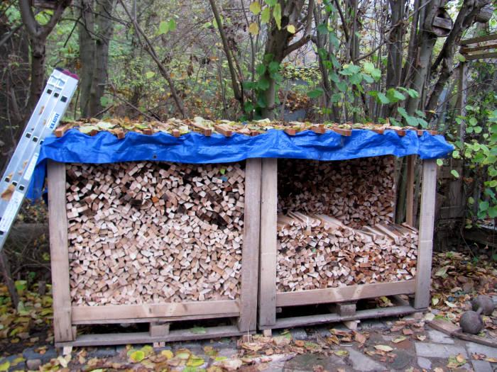 Brennholzlager mit Plane