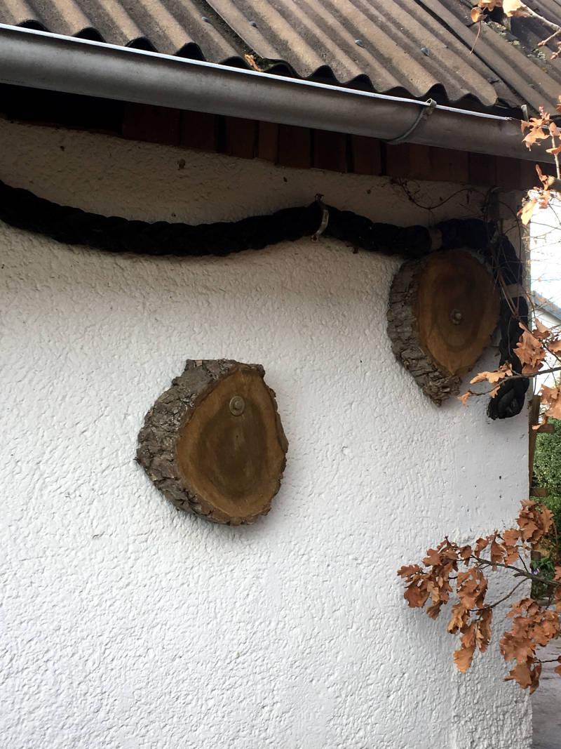 Baumscheibe an Hauswand