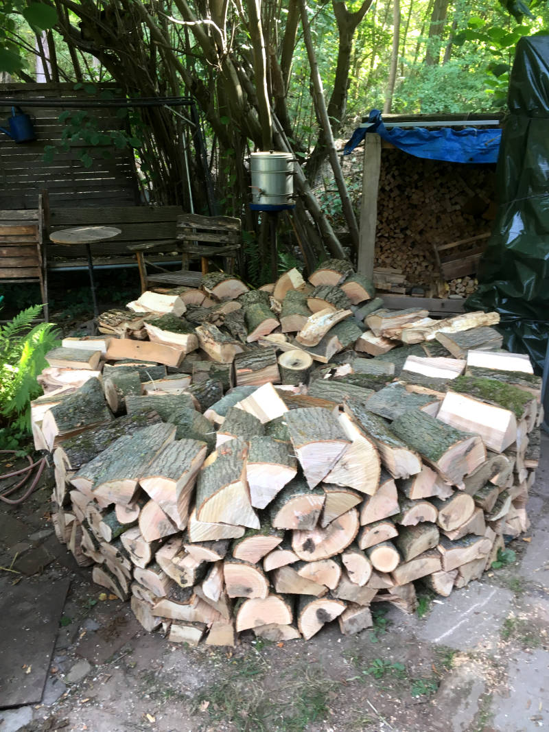 Holzmeiler auf Terrasse