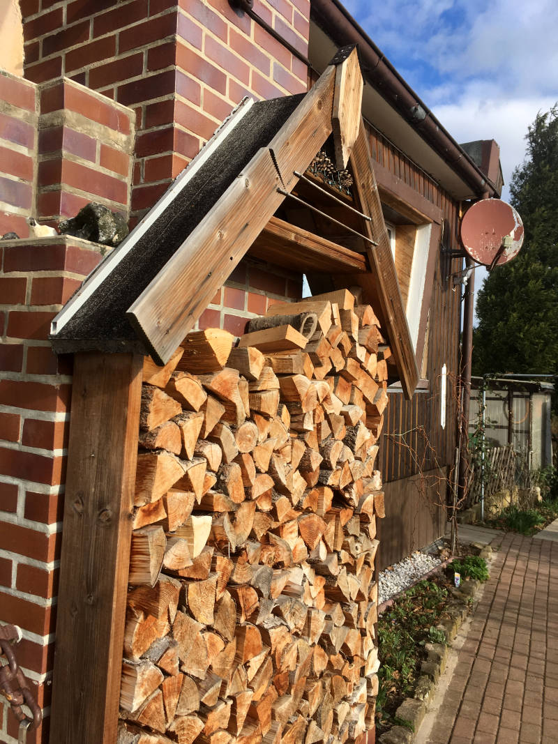 schmales Brennholzregal