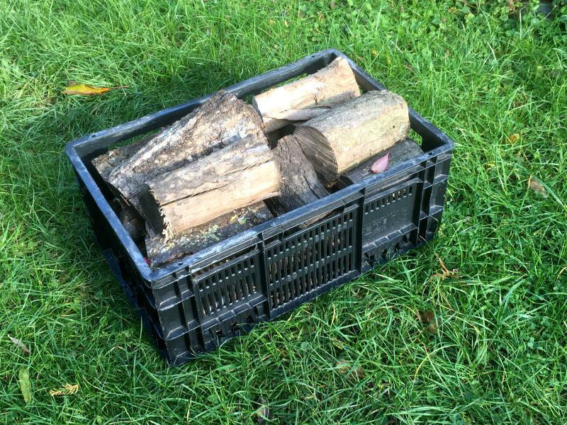 Obstkiste als Brennholzkorb